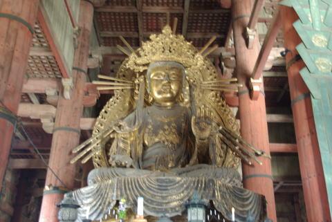 盧舎那仏座像の右側の像 盧舎那仏座像の右側の像 立派な筆書きをしている模様 何となく大陸の甲冑を
