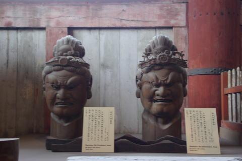 盧舎那仏座像の左側の像 盧舎那仏座像の左側の像 右側の柱は人が通れる柱。像は何となく怖い感じ 四