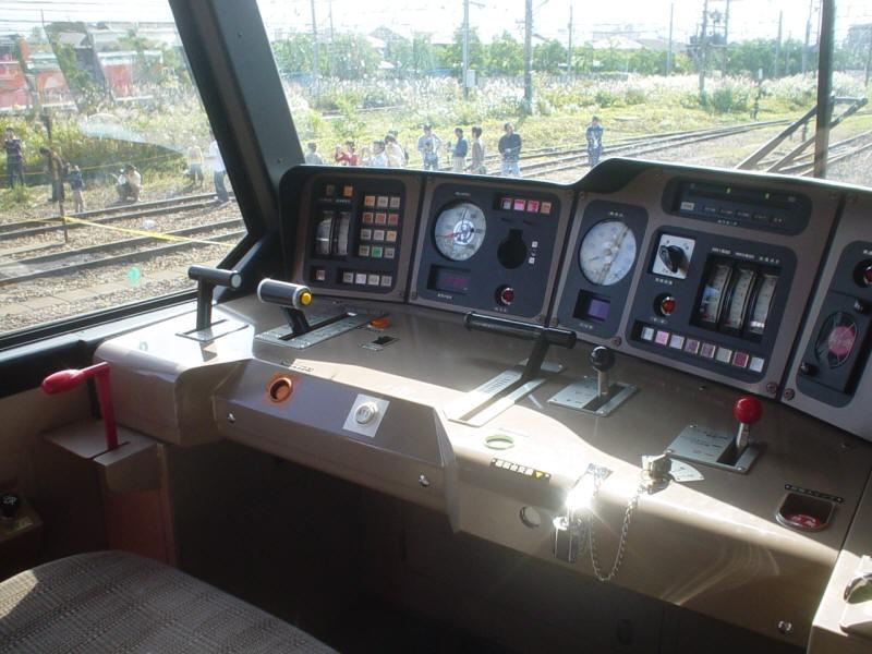 EF510の運転席 せっかくなので私も運転席へ。 運転席も現代風(?)で、まるで電車の運転席のよ