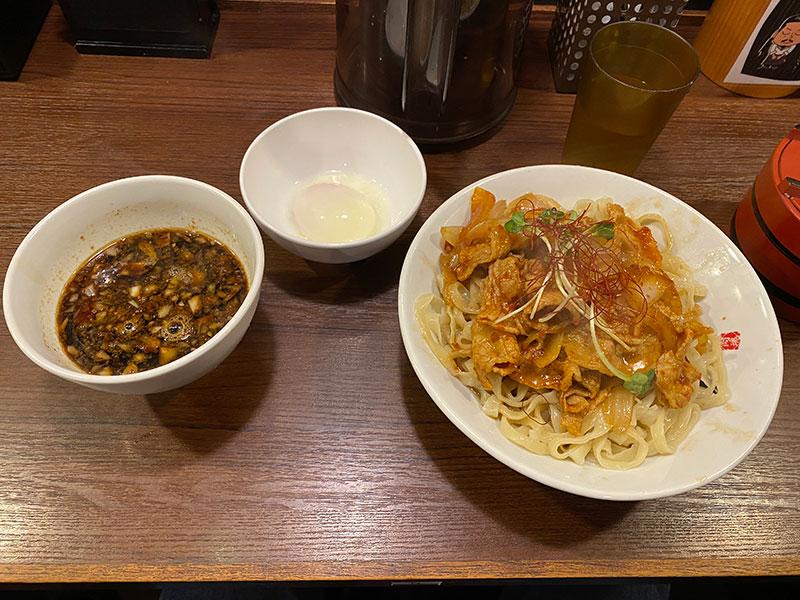 魁 肉盛りつけ麺六代目けいすけの肉盛りつけ麺 辛味、トッピング温泉玉子。