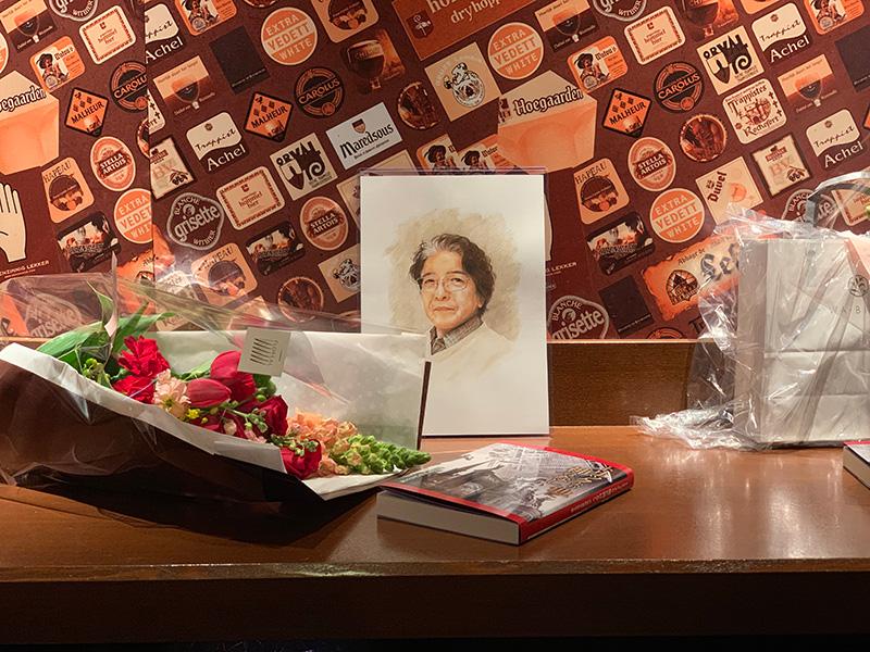 受付そばのカウンターに並べられた肖像画やら記念誌やら花束やら。