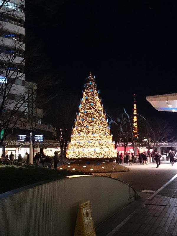 森ビル前のツリーとママンと東京タワー。
