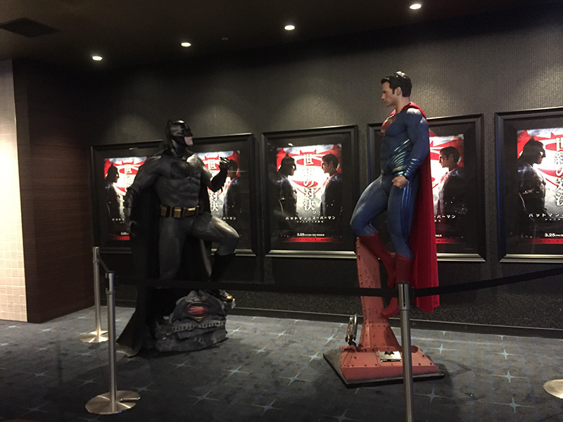 TOHOシネマズ新宿、IMAXスクリーン前の通路に展示されたバットマンとスーパーマンの等身大フィギュア。