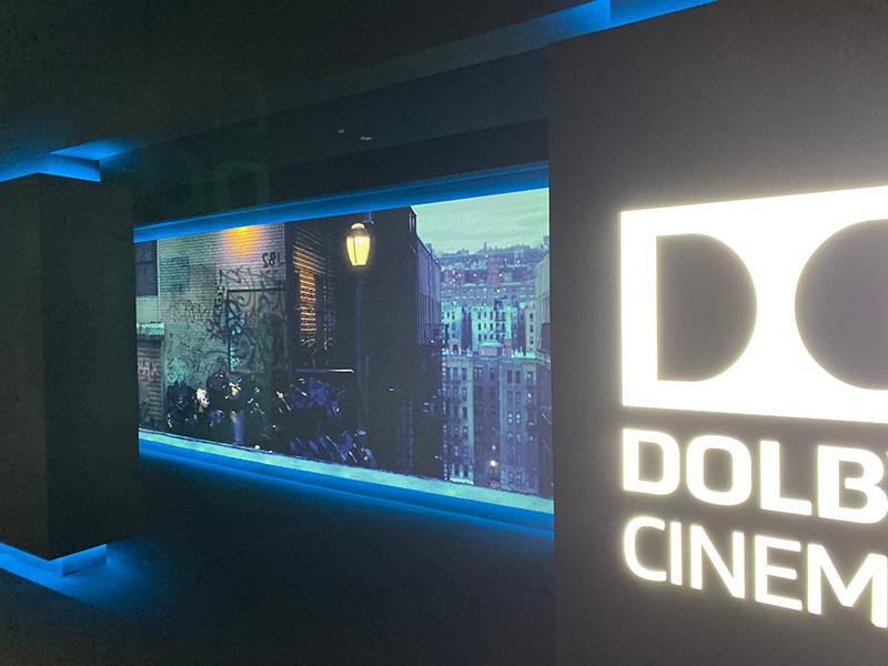 丸の内ピカデリー DOLBY CINEMAスクリーン、階段下の通路部分にあしらわれた劇中イメージ風景。