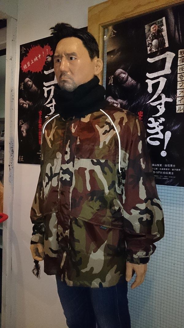 アップリンクX、劇場売店前にポスターと共に展示された、ディレクター工藤仁にクリソツのマネキン。