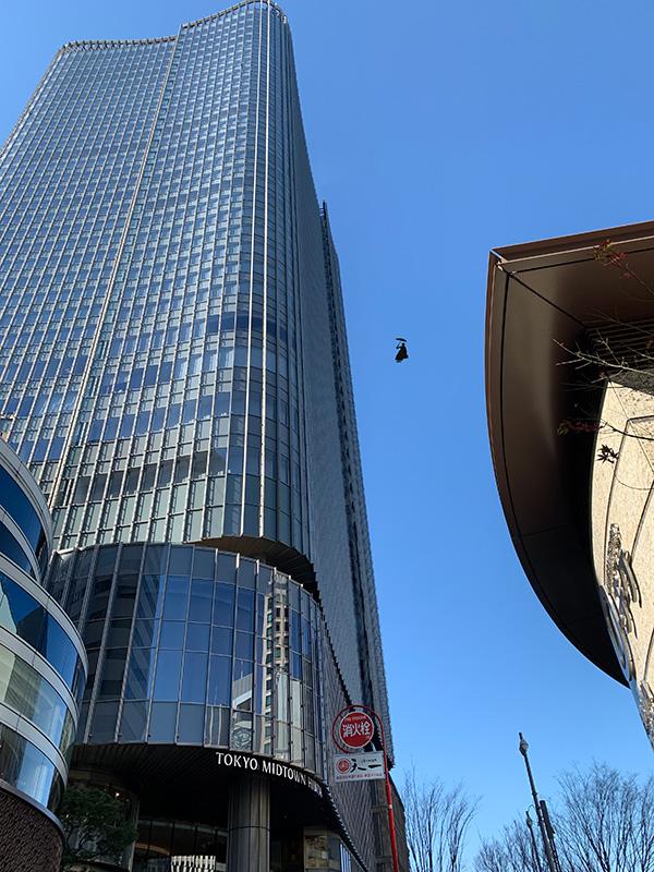 TOHOシネマズ日比谷の入っている東京ミッドタウン日比谷……の空に何か飛んでる。