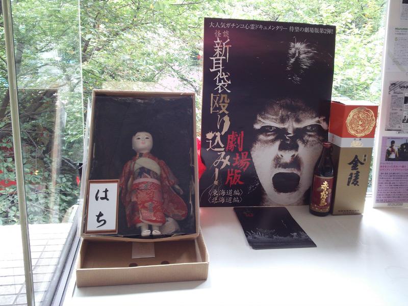 シアターN渋谷、劇場奥にて唯一の女性隊員・はちがお出迎え。