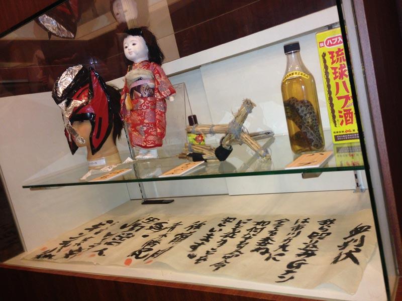渋谷シネパレス、上映スクリーン前のロビーにてお披露目されたメンバー&各種グッズ。
