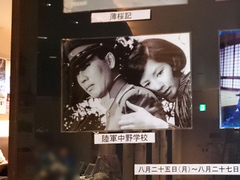角川シネマ新宿、柱に掲示された場面写真。