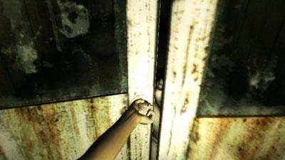 扉の向こうから俊雄くん。
