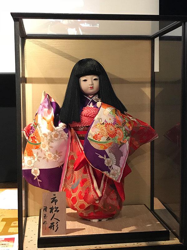 髪が伸びたという市松人形。