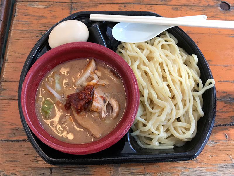 つけ麺道 癒庵の山形・辛味噌つけ麺、味玉トッピング。