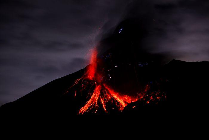 桜島の噴火(火山雷) 9/15   桜島の噴火(火山雷)